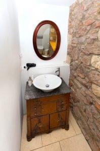 Doppelzimmer mit Waschbecken, Fön